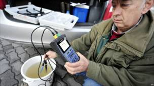 Венгерский специалист анализирует пробу воды из притока Дуная Рабы