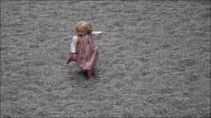 Девочка бегает по полю фарворовых семечек