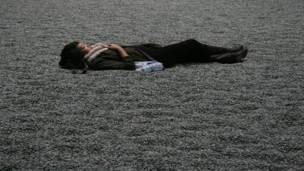 Девушка лежит на фарворовых семечках