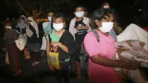 Personas con mascarillas al momento de ser evacuadas