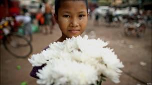 Девочка в Бирме продает цветы