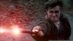 © 2010 Warner Bros. Ent.Harry Potter Publishing Rights © J.K.R. Los personajes, nombres y elementos relacionados a Harry Potter son marcas registradas de y © Warner Bros. Ent. All Rights Reserved.