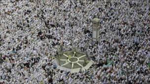 Musulmanes acuden a rezar el viernes a la Meca