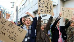 Студентки в городе Гастингс протестуют против повышения платы за обучение