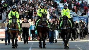 Конная полиция сопровождает шествие студентов в Лондоне