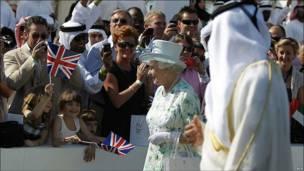 Королева Елизавета II идет мимо зрителей в Абу-Даби