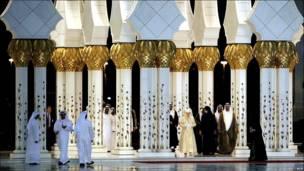Гости во главе с королевой идут по двору мечети
