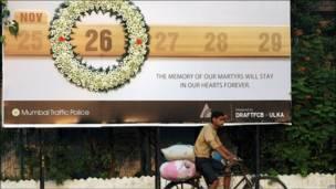 मुंबई हमलों की याद में शहर में लगा एक बिलबोर्ड