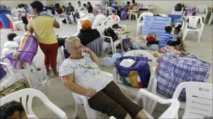 Una mujer habla por teléfono en un refugio
