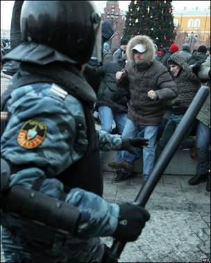 Драка фанатов с ОМОНом в Москве