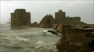 الموج يتكسر على قلعة صيدا الاثرية