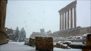 المعبد الروماني في بعلبك مغطى بالثلوج