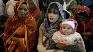 В пакистанському місті Лагор сотні людей прийшли на опівнічну месу в католицькому соборі Священного Серця Ісуса.