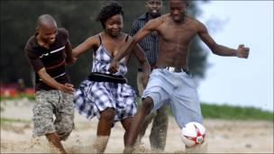 فتاة تشارك الصبيان لعبة كرة القدم في أحد شواطىء العاصمة الموزمبيقية مابوتو