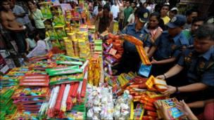 الشرطة الفلبينية تصادر ألعابا نارية غير مرخصة في احد أسواق العاصمة مانيلا
