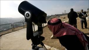 عمان – یو اردنی وګړی د لمر نیولو تماشا کوي.