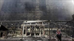 Asap dari gedung yang terbakar