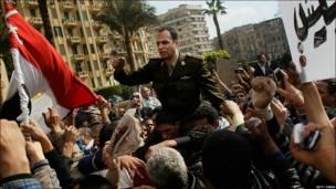 Un militar que respalda a los manifestantes es llevado en andas en la plaza Tahrir