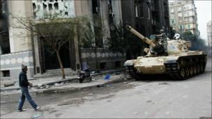 Un joven mira cómo se acerca un taque en El Cairo