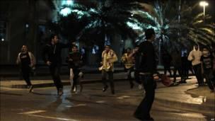 Người biểu tình bỏ chạy