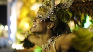 Танцовщица на карнавале в Рио