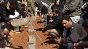 Повстанцы хоронят погибших в городе Бин Джавад