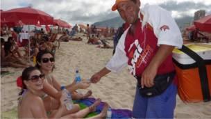 Продавец воды на пляже Ипанема