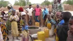 Женщины и дети из нигерской деревни Дан Маро пришли за водой