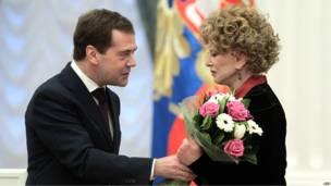 Президент России Дмитрий Медведев вручает букет цветов Людмиле Гурченко