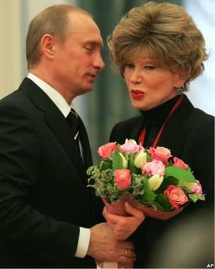 Владимир Путин вручает букет Людмиле Гурченко в 2005 году