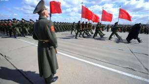 مسکو ته څېرمه الاپینو – روسي پوځيان د راتلونکې مۍ پر نهمه په پلازمېنه مسکو کې پر الماني نازیانو د بریا د ورځې د لمانځلو لپاره چمتووالی نیسي.