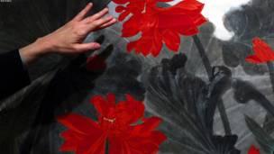 هانګ کانګ – د لاټس او د مندرین هیلۍ په نامه لوحه چې د زانګ داشیان هنرمند په ګوتو جوړه شوې، خرڅلاو ته وړاندې شوه. تمه ده چې دغه لوحکه به تر دوه نیمو میلیون ډالرو ډېر ارزښت ولري