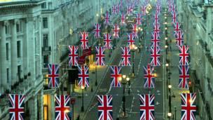 لندن – د ریجنټ سړک چې د برتانیا په زړه کې پروت دی، د شهزاده ویلیم او کیت میدلټن د واده د مراسمو لپاره په کې برتانوي بیرغونه لګول شوي دي.