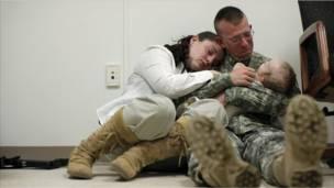 Tentara Amerika dan keluarga sebelum berangkat ke Afghanistan