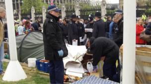 Polisi memeriksan pengunjuk rasa