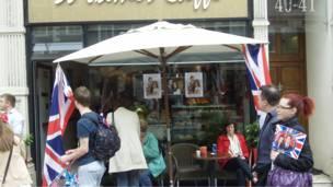 Cafe dengan promosi William Kate