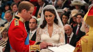 د ایجاب او قبول تر لوړې کولو وروسته شهزاده ویلیم خپلې ښځې کېټ ته ګوته ورپه ګوته کړه.