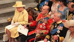 د برتانیا واکمنه شاهي کورنۍ له کیڼ اړخه تر ښي پورې  - ملکه دویمه الیزابېت او د هغې میړه فیلیپ او ولیعهد شهزاده چارلز او د هغه ښځه د ویسټمنسټر د کلیسا د ننه.
