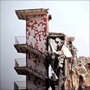 """De la serie """"Arquitectura Colapsada"""". Multifamiliar Juárez. Escalera decorada con el relieve """"Leyenda del Quinto Sol"""". Bob Schalkwijk, 1985"""