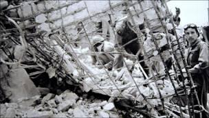 Soldadores entre escombros en la calle Frontera. Nacho López. 1957