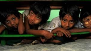 Anak-anak mengikuti latihan penyelamatan dalam bencana