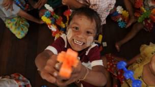 Seorang anak bermain di pusat rehabilitasi