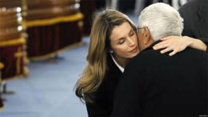 La princesa Letizia consuela a uno de los familiares de las víctimas