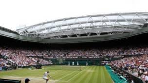 Pertarungan Nadal vs Djokovic menyuguhkan tontonan menarik bagi penggemar tennis di dalam dan luar Wimbledon.