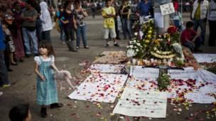 Una niña participa en manifestaciones en homenaje a cabral