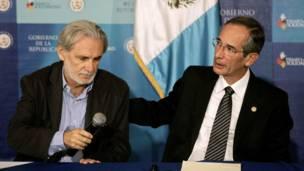 Alvaro Colom consuela al consul argentino, Ernesto López