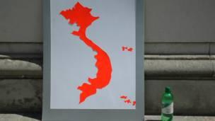 Biểu ngữ chỉ mang hình bản đồ VN hình chữ S.