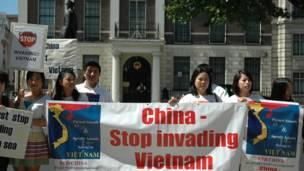 Một biểu ngữ phản đối của người biểu tình.
