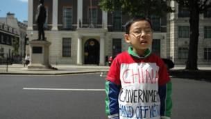 Em bé mặc áo với khẩu hiệu