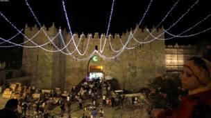 په ختيځ قدس کې د دمشق دروازه، چې د رمضان په ویاړ ښکلا پسولل شوې ده.